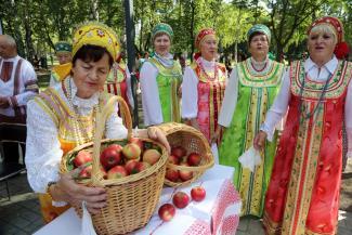 Казанцев накормили пиццей с яблоками под частушки