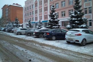 «Форменное издевательство»: в Казани у детской поликлиники машины родителей поджидают эвакуаторы