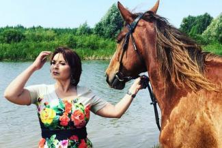 Рустам Минниханов подарил певице Зайнаб Фархетдиновой автомобиль