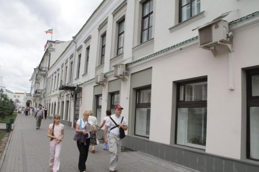 Кондиционеры, украшающие выходящий прямо на Кремлевскую фасад одного  из управлений мэрии Казани, не проблема: перемонтируют, бюджет все стерпит