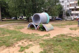 Век не простояло: в Казани жилищники покончили с суровым наследием СССР на детской площадке