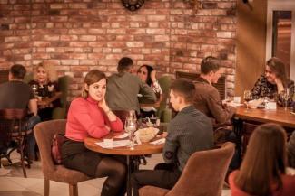 Одинокая женщина в Казани желает познакомиться: зэки в соцсетях, маменькины сынки у свахи и женатые на вечере «Кому за 30»