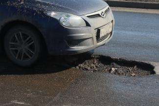 Крепче за баранку держись, шофер!.. Вместе со снегом с казанских дорог сошел асфальт