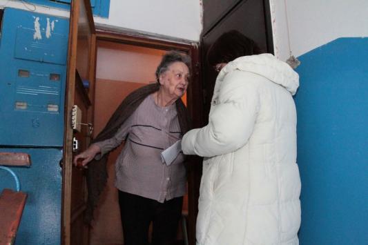 Пожилые люди доверчиво открывают дверь незнакомцам. Так что фоторобот душителя не мешало бы повесить и в подъездах