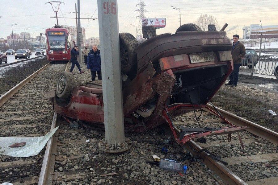 ВКазани напроспекте Победы перевернулся автомобиль