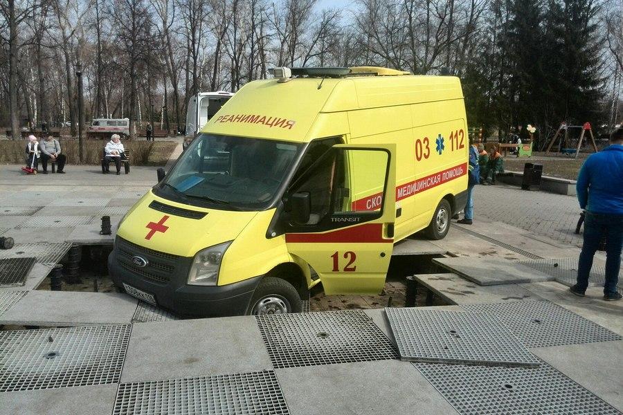 Спешащая кпациенту карета «скорой помощи» угодила вфонтан вКазани