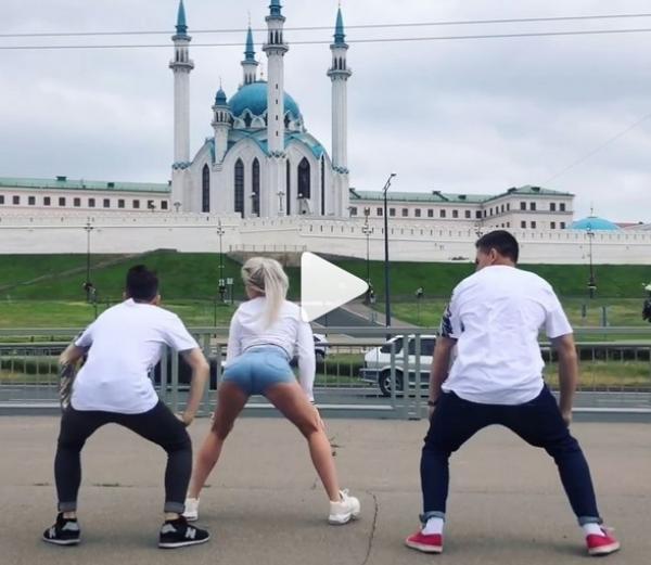 Женщина покрутила попой видео