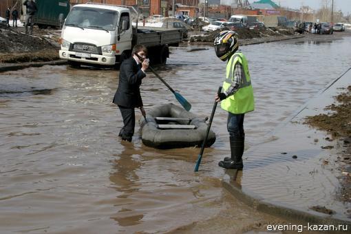 Казань, весна... По дорогам лодки плывут