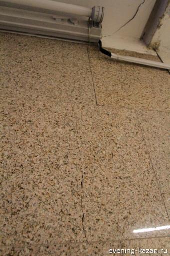 Трещина пошла по облицовке стены менее чем в метре от деформационного шва