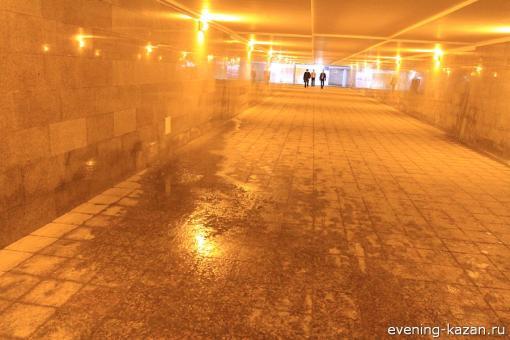 Для пассажиров метро не важно, от конденсата образовалась лужа или из-за высокго уровня грунтовых вод - результат-то один...