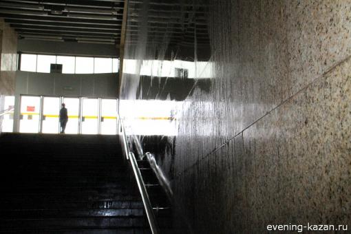 Спускаешься в метро — и видишь, как стены «плачут»