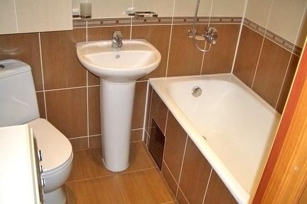 kak-v-tualete-posikaet-zhenshini-parim-v-bane-i-trahaet-huduyu-suchku