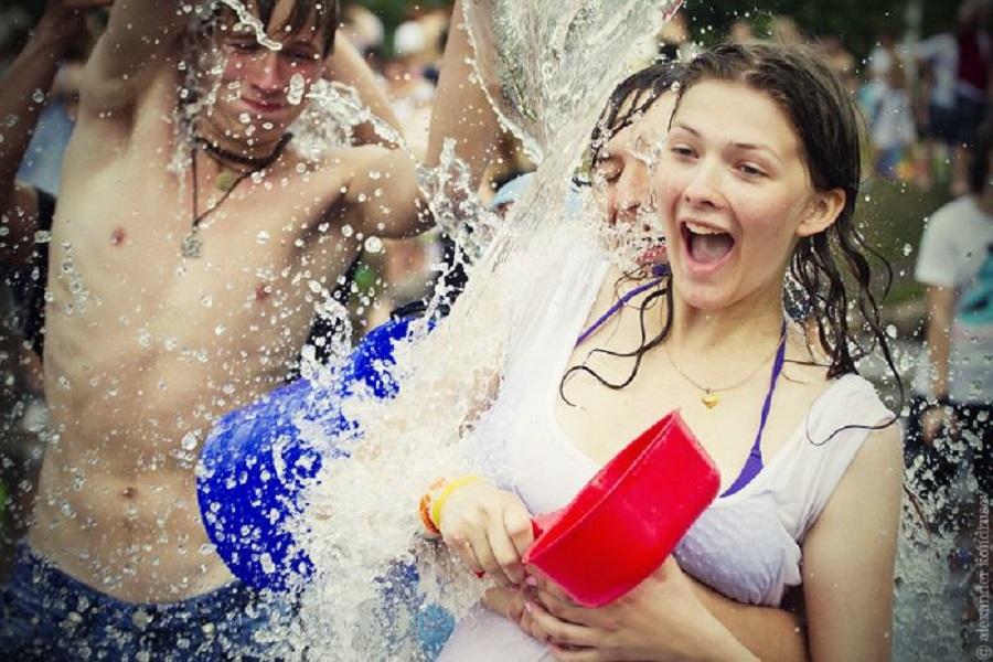 Голые и смешные обливание водой отличные